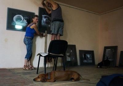 Монтаж експозиції Best of ФотоПАВЛО в Народному домі Дмитрович